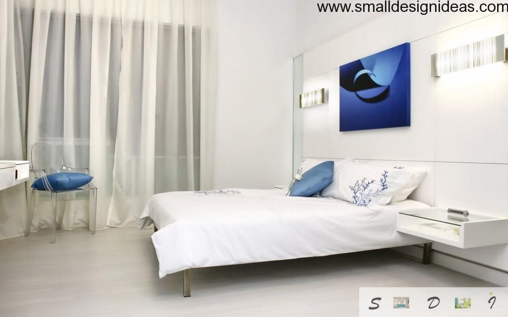 Bleu & White contrast of the light bedroom with distinctive elements of picture and pillows