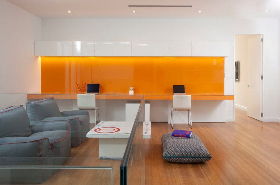 Bright study room colors and transparent partitions