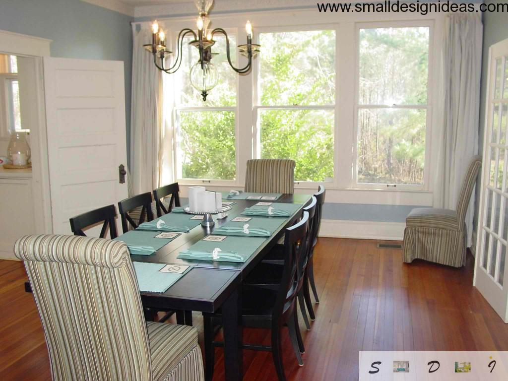 Much light and a chandelier in addition make the dining room extrabright