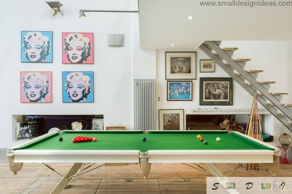 Beautiful pictures and reproductions in the low-floor living room
