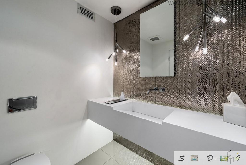 Unusual lighting can make the atmosphere in the bathroom too