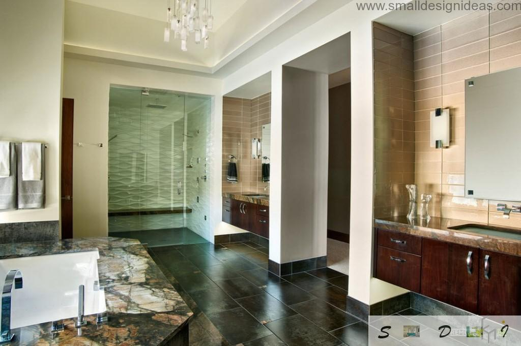 Columns and marble flooring in the spacious bathroom design