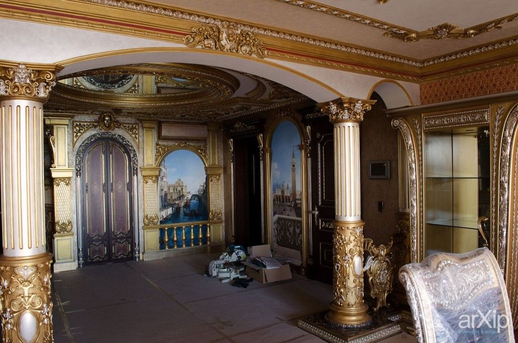 Bright example of decoration the spacious hall in Renaissance style