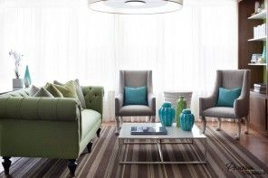 Vertical lines in the carpet in the living room to make optical perspective