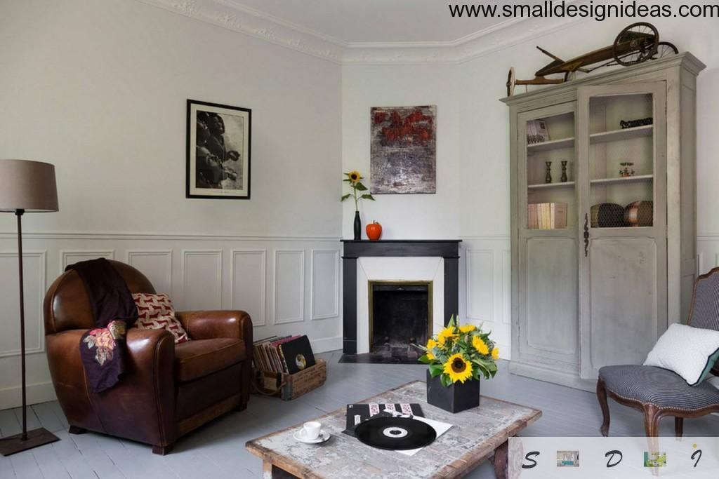 Discreet eclectic living room design ideas in the spacious premises with plants, fireplace, leather armchair