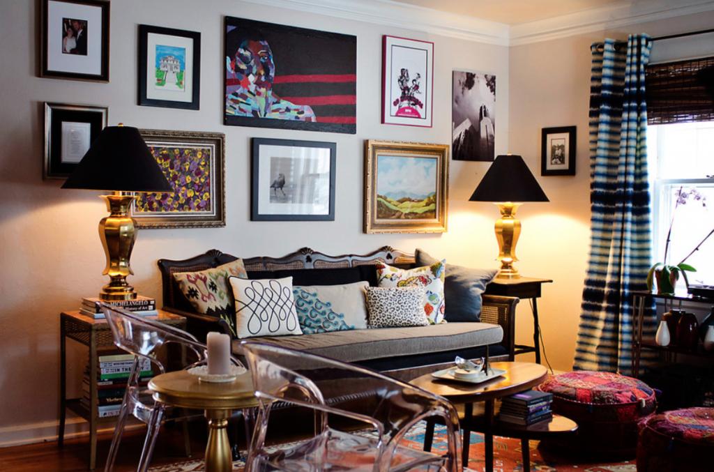 Eklektik tasarım yastık, resim ve lezzetin diğer unsurlarıyla dolu