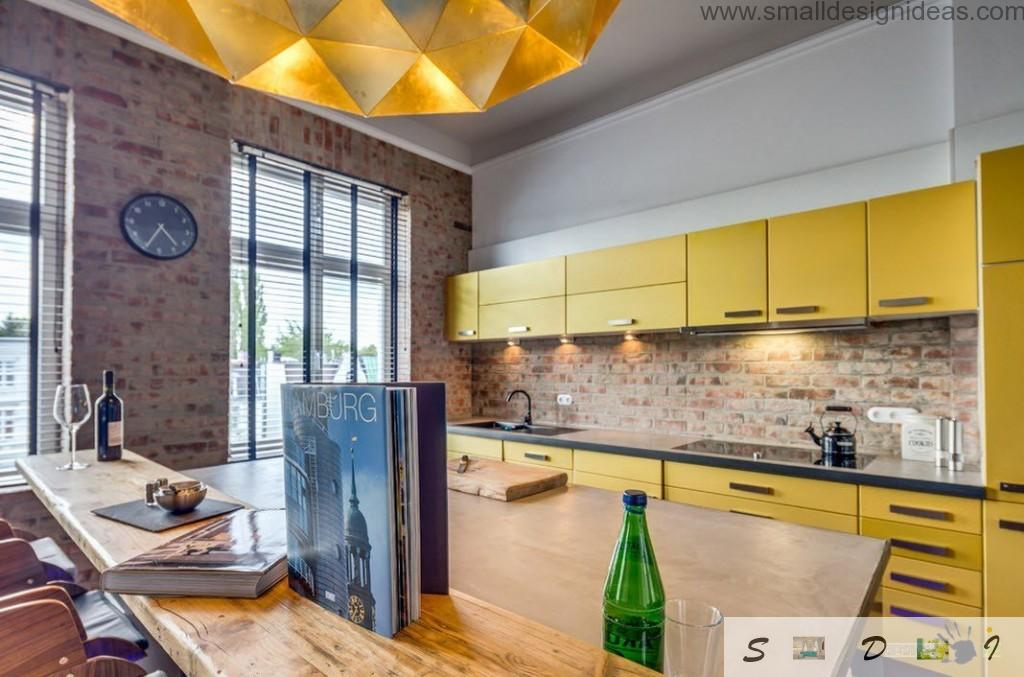 Gold and yellow colors in the kitchen decoration unconsciously made it feel rich and chic