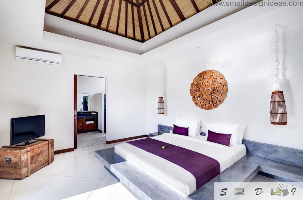 Purple notes in the white room with open-beamed ceiling