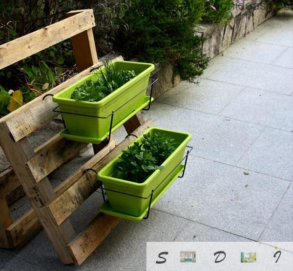 Open stand for flower pots in your garden from palletz