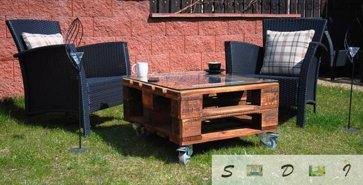 Garden furniture made with your hands from palets looks very appropriate
