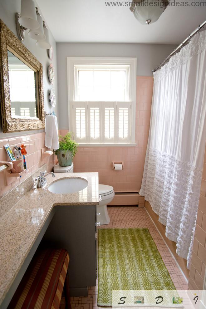 Tulle Curtain and green rug for the small bath