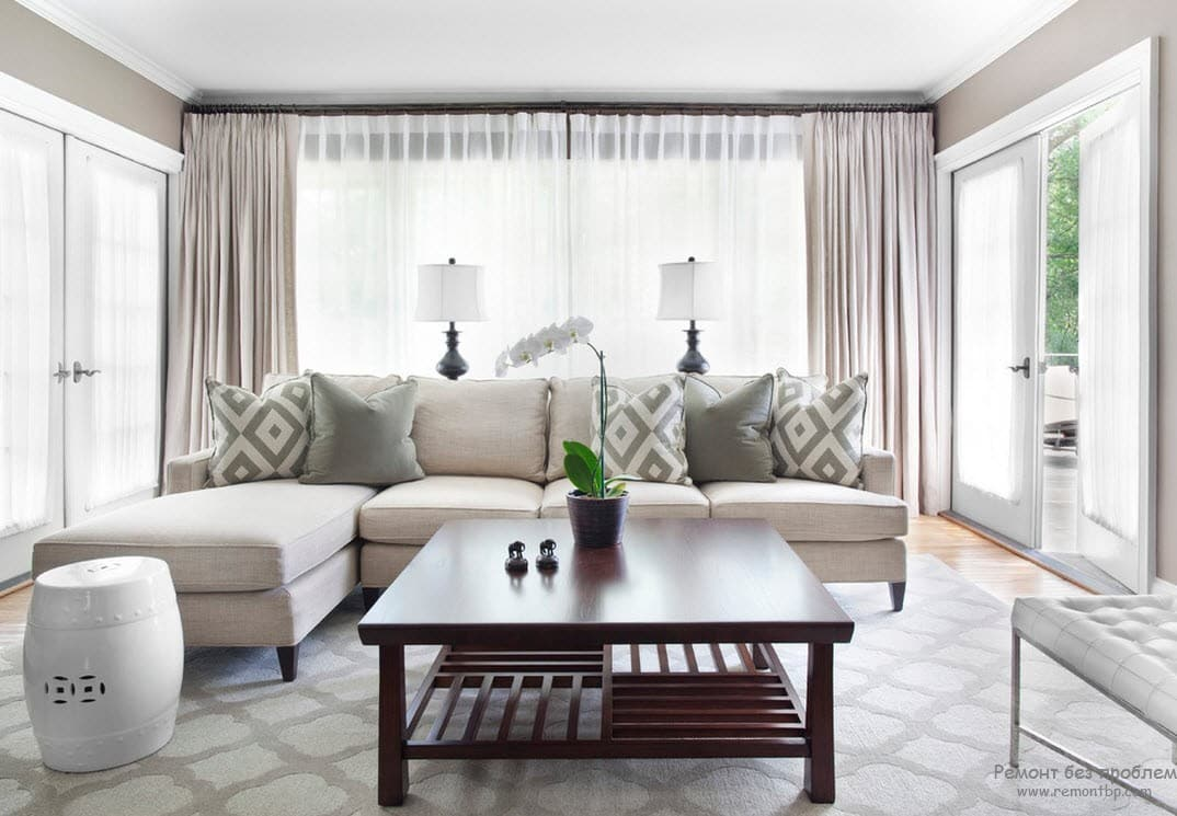Simple casual living room with successful combination of beige and brown hues, as well as checkered patterns
