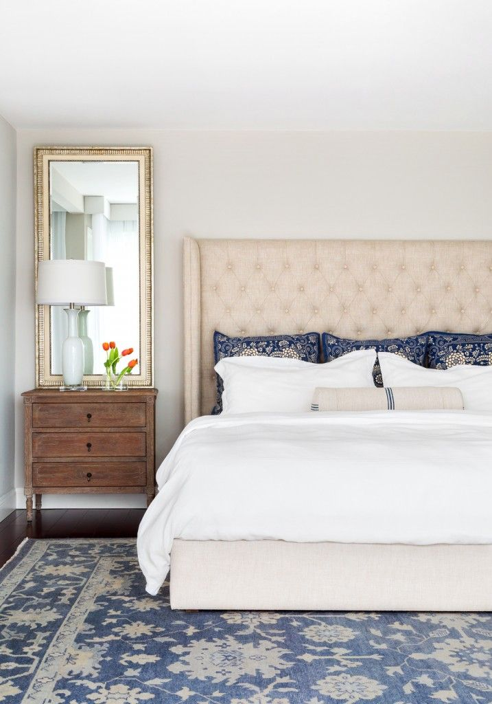 Marine style house bedroom with slight touch of sandy color at the headboard and natural note thanks to the flower