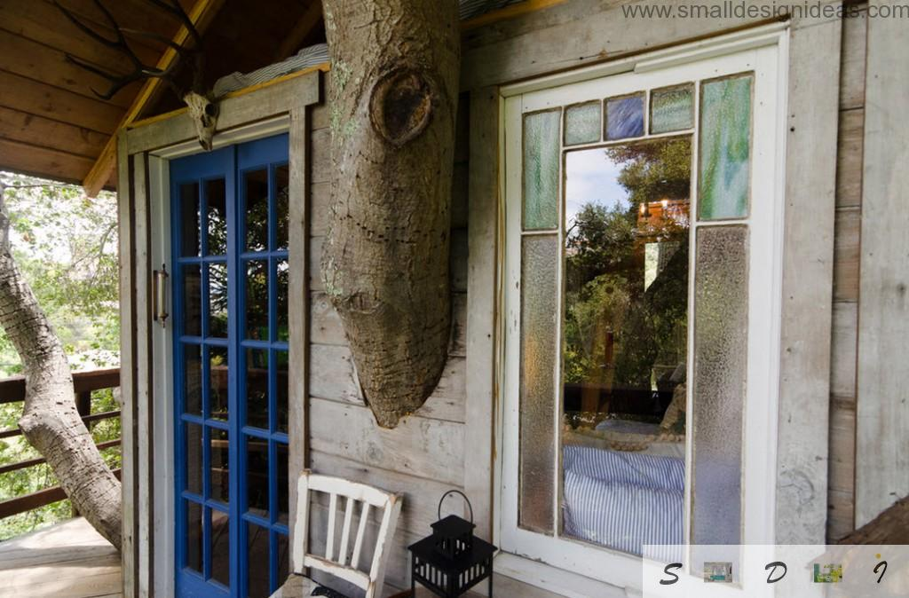 Exterior design ideas to construct the tree house with blue window frame