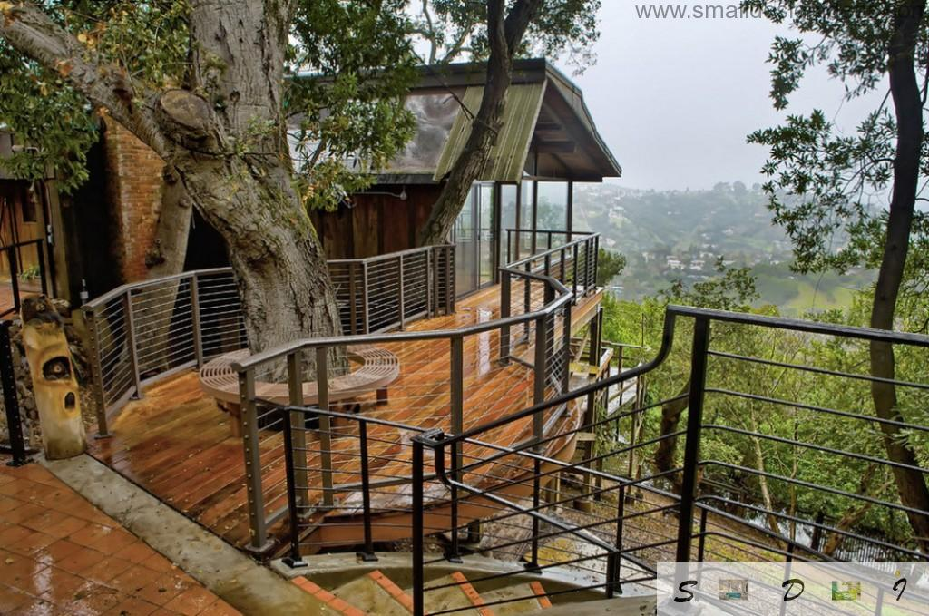 Gorgeous design idea to create the full-fledged tree house with staircases