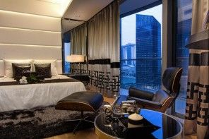 Singapore Apartment Modern Design Ideas. Spaious bedroom with urban window view