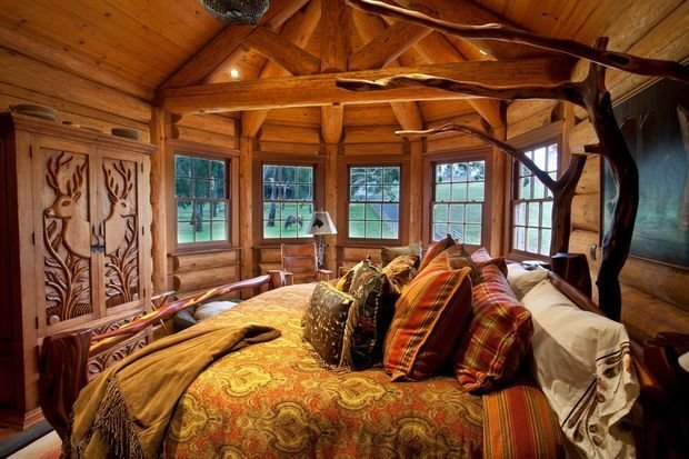 Rustic bedroom with bay window and vaulted room dome, having the large bedroom with plenty of embroidered cushions