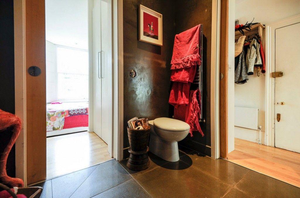London Apartment Eclectic Interior Design Ideas. Original dark decor of the eclectic bathroom