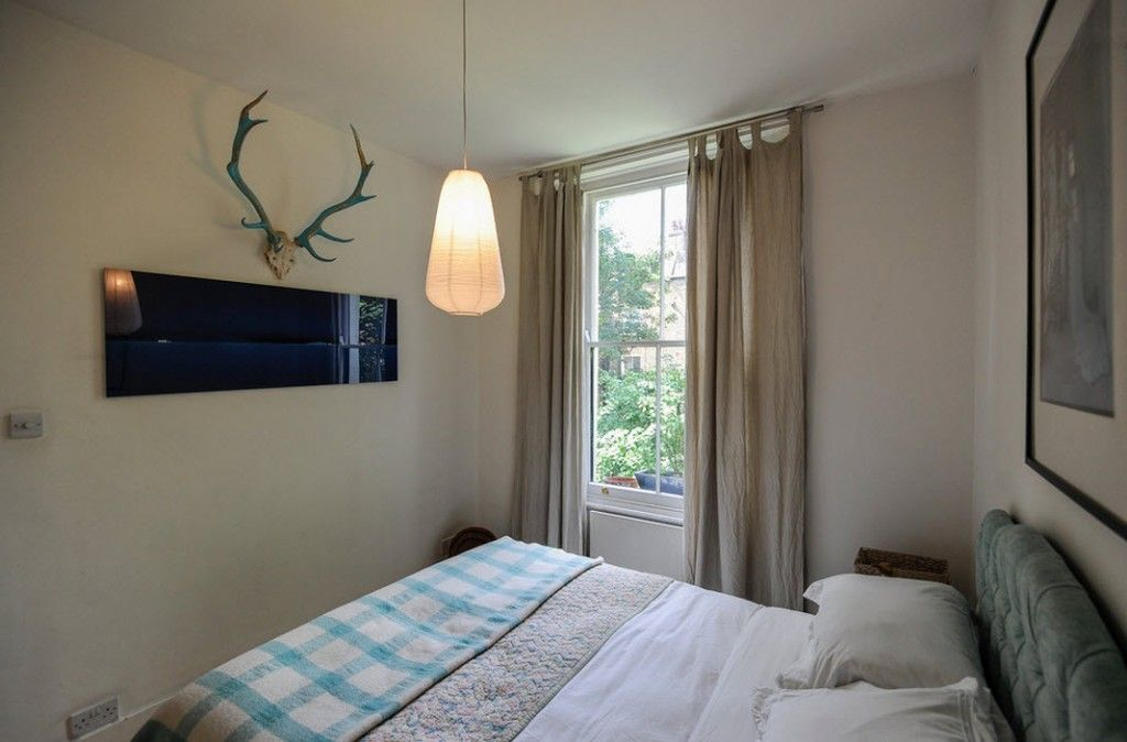 London Apartment Eclectic Interior Design Ideas. Relaxing bedroom finishing is not devoid of the country elements