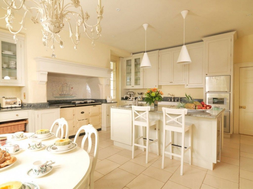 Stylish Kitchen Chandelier Types: Classic to Avant-Garde. Creamy interior of the kitchen