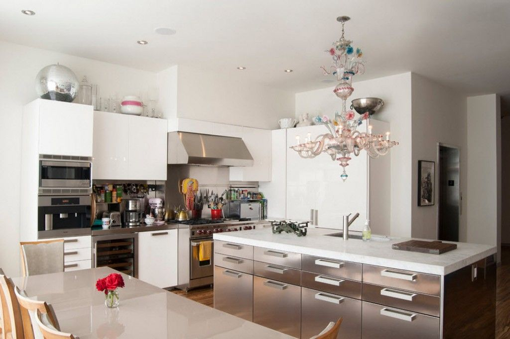 Stylish Kitchen Chandelier Types: Classic to Avant-Garde. Chandelier is a real masterpiece in this modern kitchen
