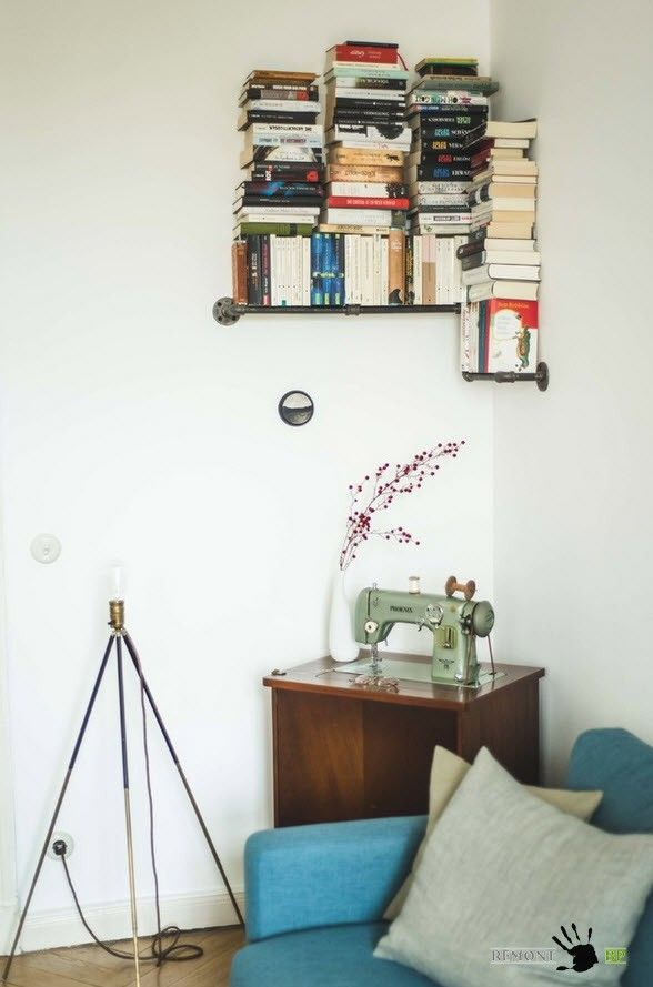 Sewing machine and vintage pendant book shelves in the Retro interior