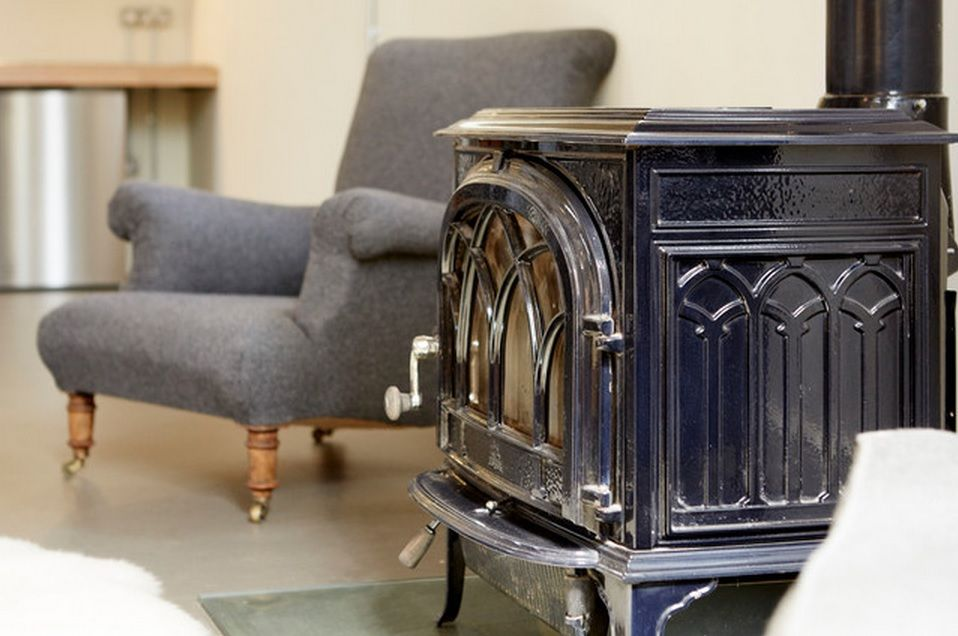 Vintage gramophone in the spaious living room rules the style