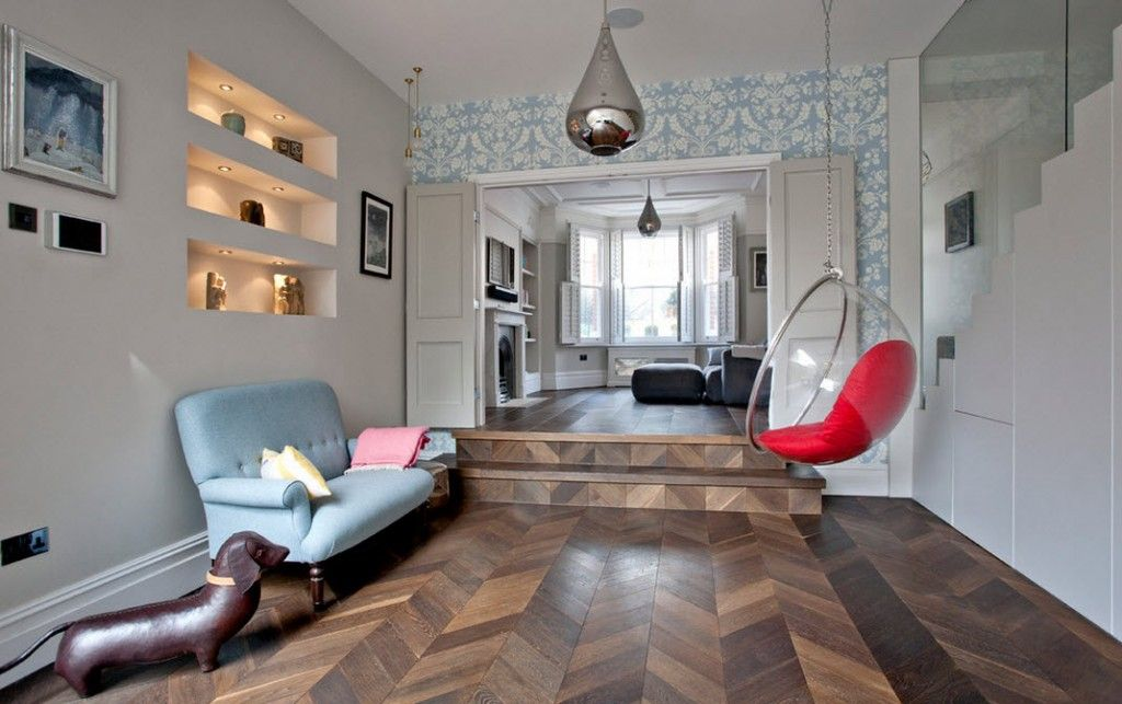 London Bunk Apartment Modern Interior Design Ideas. Wooden herringbone flooring, decorative statuettes, built-in highlighted shelves and elevated areas