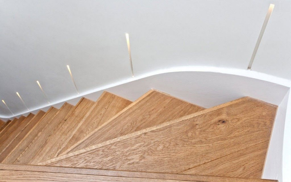 London Bunk Apartment Modern Interior Design Ideas. Laminate stairs with elaborated lighting fron the wall slots