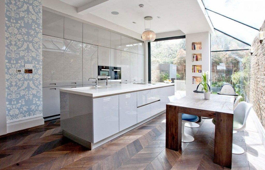 London Bunk Apartment Modern Interior Design Ideas in the well lit kitchen with an island and white facades on the natural parquet