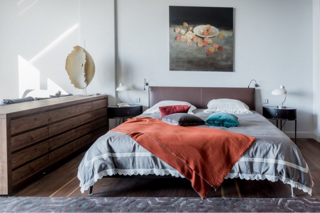 Bedroom Interior Furniture Set Programme Ideas. Classic contrsting bedroom atmosphere with orange cloth on the bed