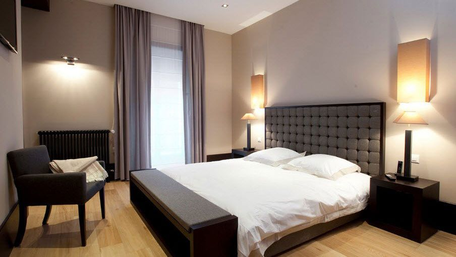 Bedroom Interior Furniture Set Programme Ideas. Classy example of the soft headboard and big nice functional bed in the very tight space