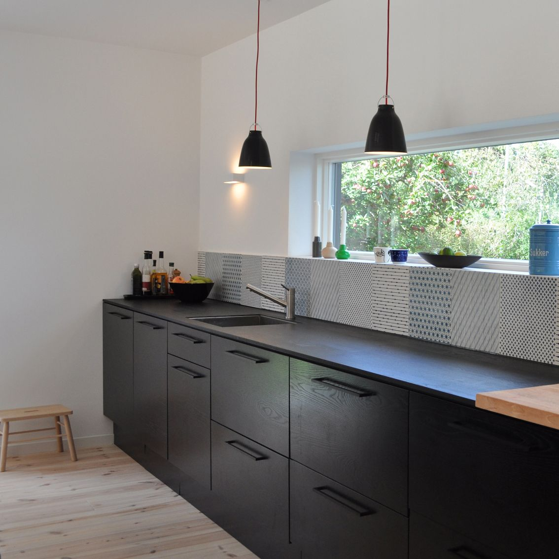 Choosing Best Kitchen Tile Ideas. Black furniture and white contrasting walls