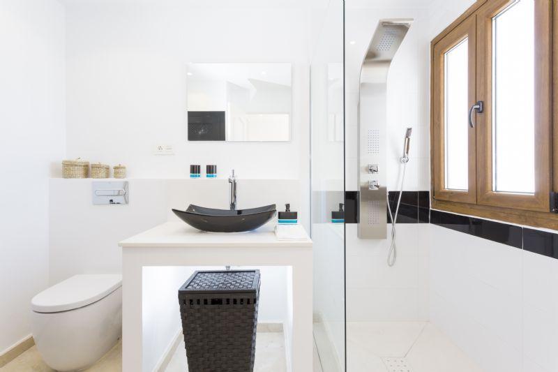 Choosing New Bathroom Design Ideas 2016. Black sink blends perfectly in white interior