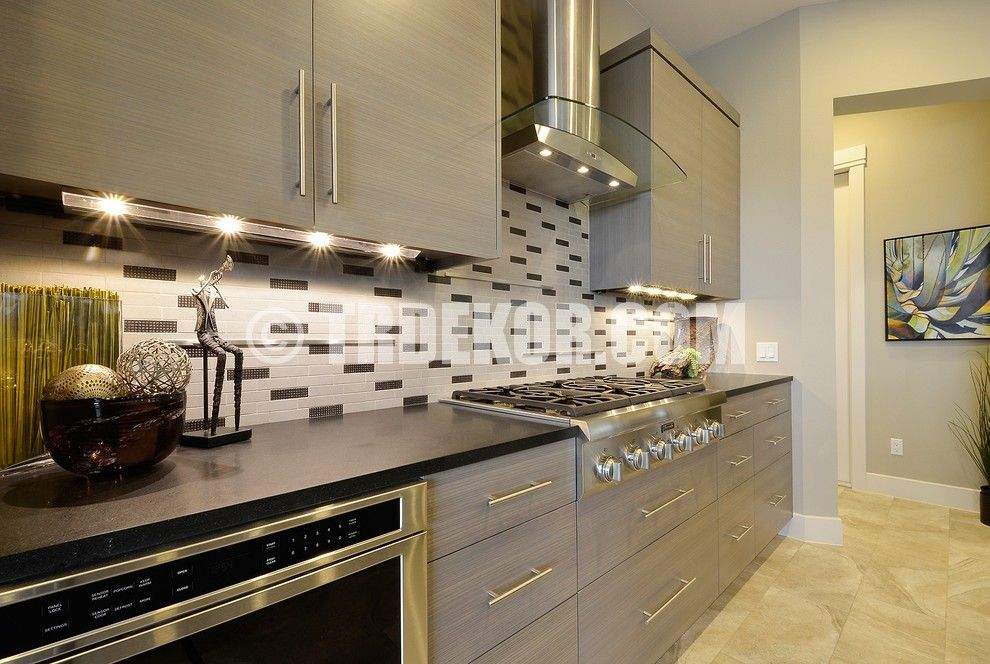 Choosing Best Kitchen Tile Ideas. Gray silver tone of the metallic kitchen facades and the checkered backsplash