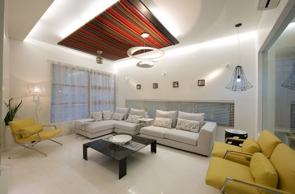 Ceiling Designs 2016: Full Review of the New Trends. Creamy color for the living room with the rug as the ceiling decoration