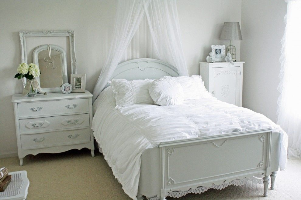 Shabby Chic Interior Design Style. light carved furniture for the peculiarly decorated white interior of the bedroom