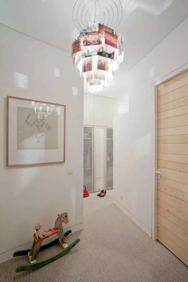 Modern Hallway Decoration Design Ideas. Nice chandelier highlighting the family photos in the very entrance to the living space