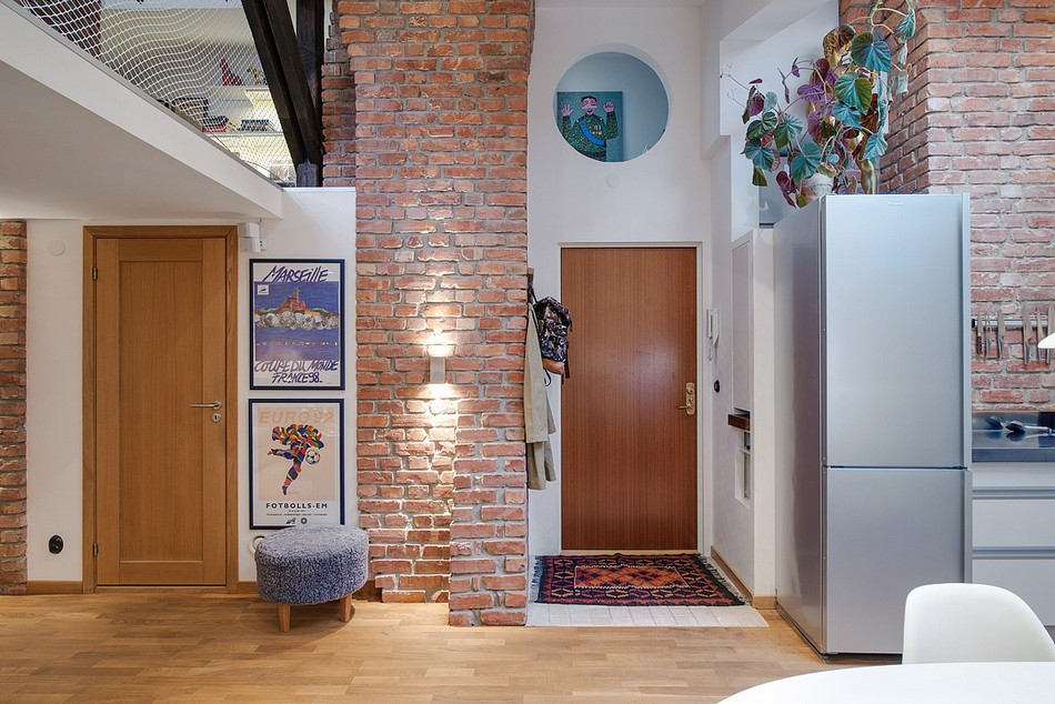 Entry near the brickwork wall and zoned with laminate hall
