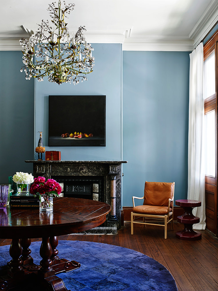 Blue Color Decoration Ideas for Living Room. Solid finishing of the wall with the TV and the fireplace