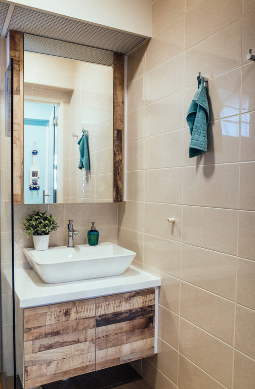 Hi-tech and Marine Style Mix for Small Apartment. The bedige wall tiles is a compromise between to styles in the bathroom