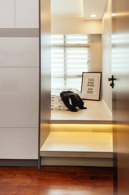Hi-tech and Marine Style Mix for Small Apartment. The nook for personal things with mirror