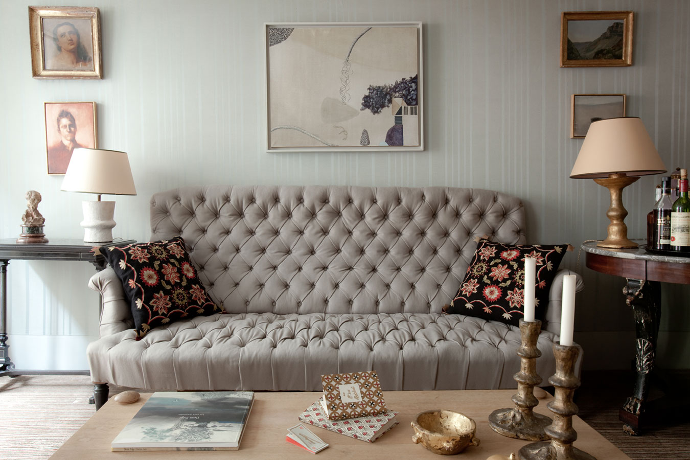 Classic Style Furniture for Practical Chic Interiors. Nice broad chic couch with printed cushions in the light living room