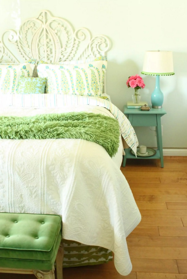 Top 20 Colorful Interior Design Ideas. Minimal expressionisn in cintemporary style in the small bedroom with green coverlet for the bed
