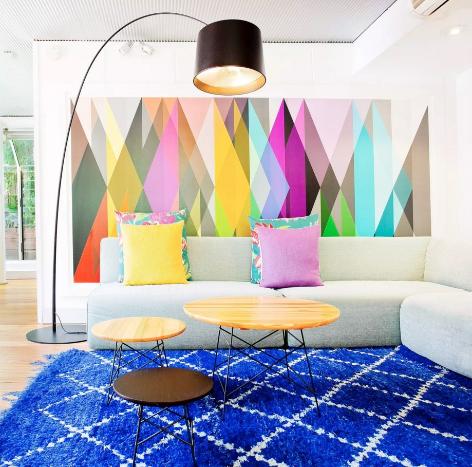 Elements of kitsch, contemporary and minimalistic Scandinavian styles within single premise of the living room