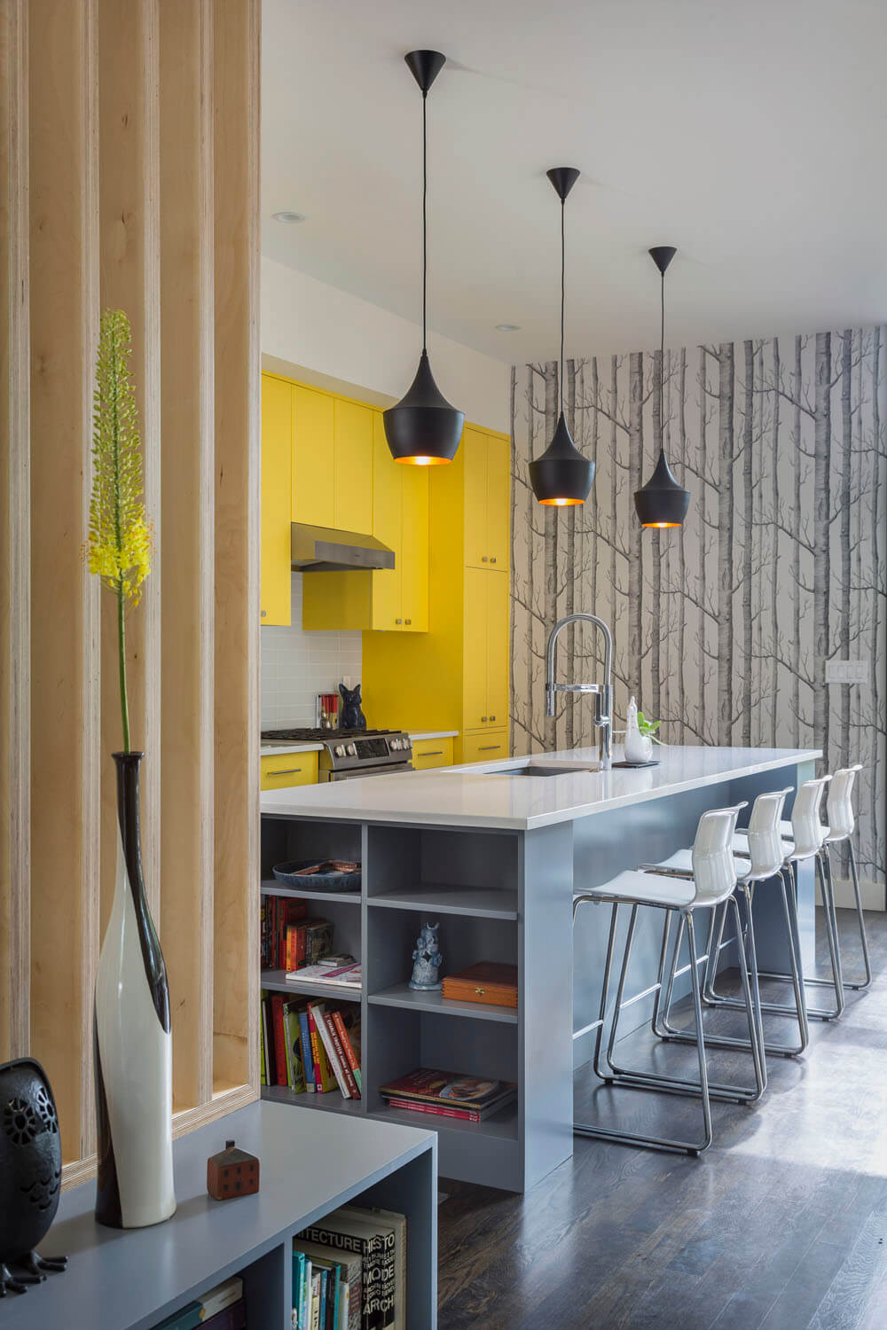 Bright Interior Design Ideas for Private House. Black contrasting chandeliers over the kitchen island