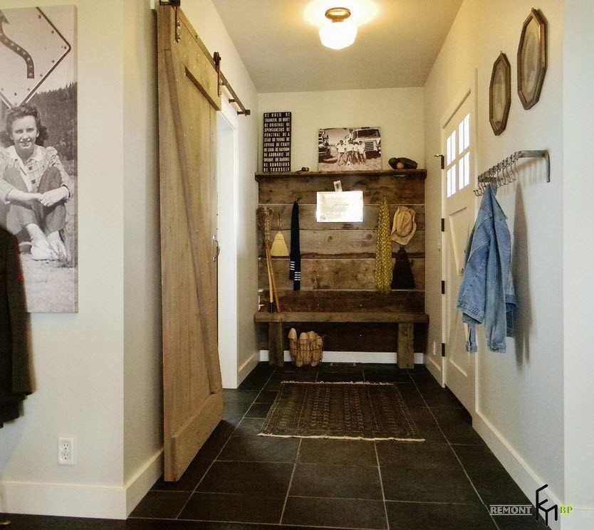Nice idea for the design of entrance in the apartment with sliding door in rustic style