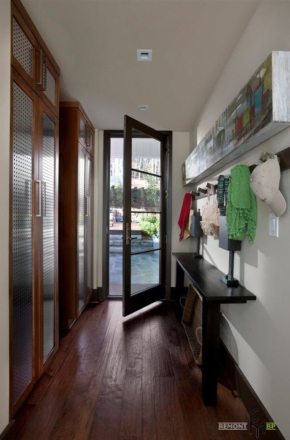 Private house entry and the convenient lobby inside