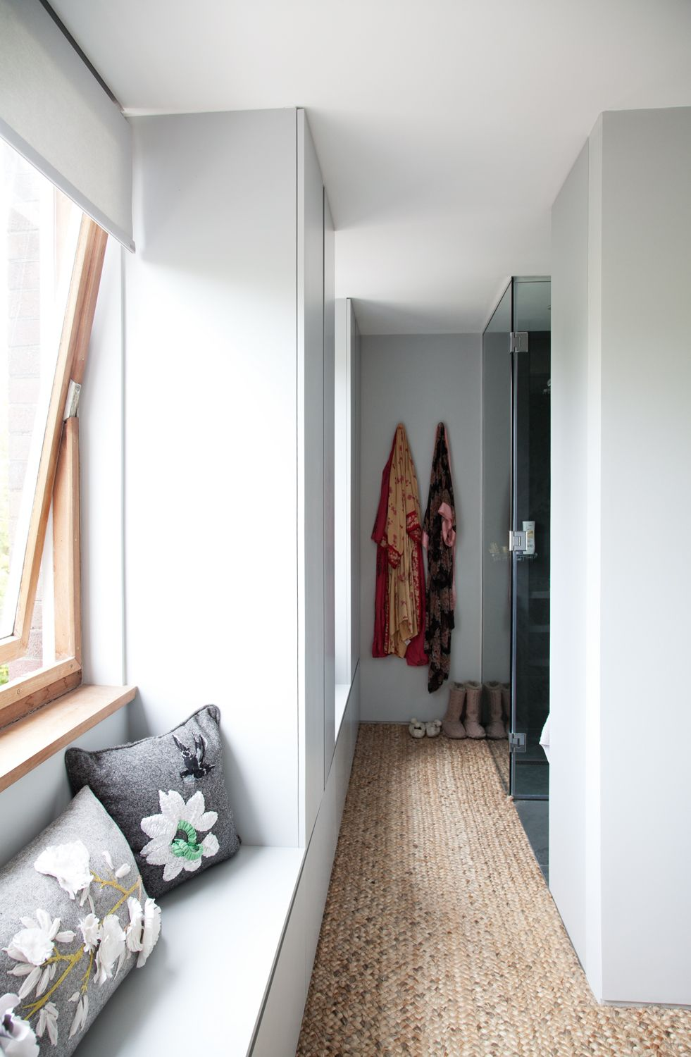 30 Bold Entry Design Ideas. White trimmed narow space in Scandinavian style