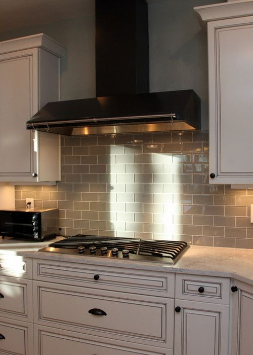 Interior Glass Tiles: Photos, Descritption, Types. Another example of heat-resistive material applied in the kitchen